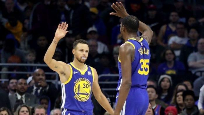 Syephen Curry et Kévin Durant se tape dans la main pour se féliciter